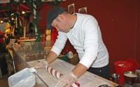 Gustaf Wenehult tillverkar polkagris