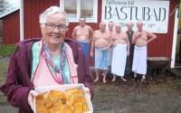 Inger Johansson i förgrunden och vibygubbarna bastuskruden i bakgrunden.