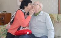 Sven och pepita kysser varandra