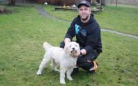 Hemma på gården har Anton Agartsson många djur och här blir hunden lite omklappad.