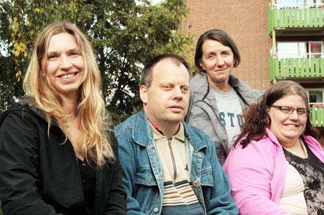 """Katja Nykänen, Fredrik Arkefeldt och Lina Smedbäck (på bänken) är glada över att ha fått chansen att berätta om sina liv med en funktionsvariant i boken """"Utanför vanligheten"""". Med på bilden är också projektledaren Eva Nagy."""