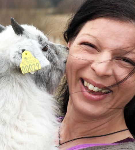 Carmen Wikström med en av killingarna