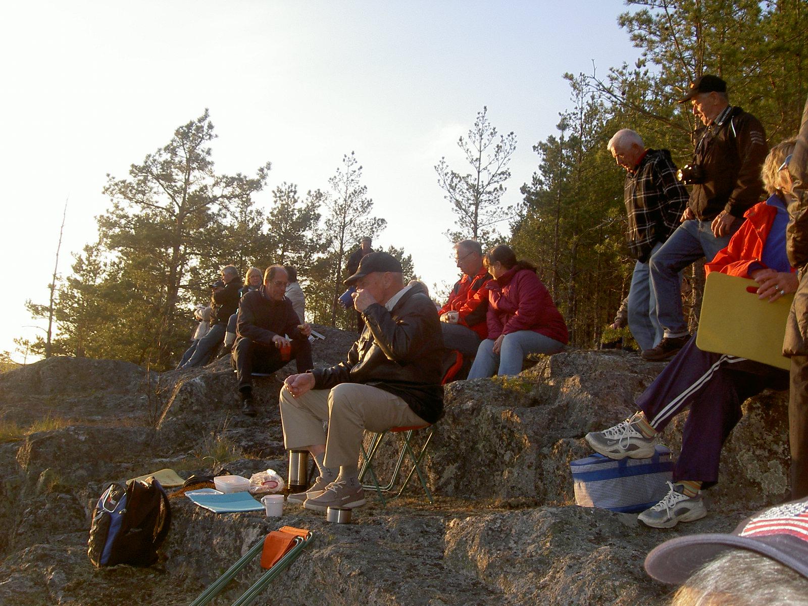 Mitt Sörmland - Fika på Huckersberget i den nedgående solens sken.