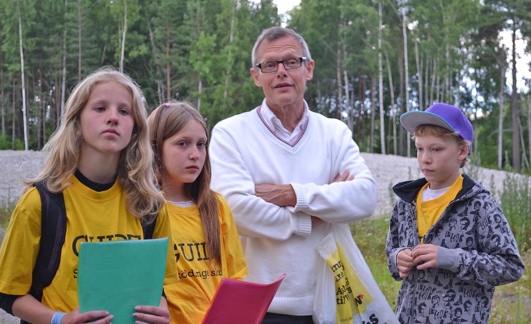 Mitt Sörmland - Emma, Filippa, lärare Sören Filipsson och Linus beredda inför kvällens gruvguidning.
