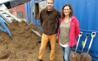 Göran Normelli och Anna Wallertz framför sin Aerobic Fermentor som gör energi av dynga