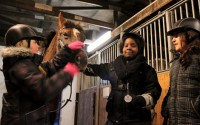 Celina Räisänen, Shannon Bugembe och Rijwan Amad bekantar sig med hästarna på Finntorps ridskola i Flen