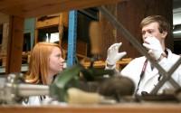 Marika Pettersson och Oscar Fredriksson diskuterar fynden från museets samlingar som de snart ska sätta sig framför datorn och blogga om.