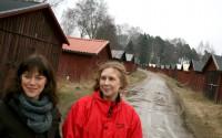Eva Wockatz och Emelie Mattsson, byggnadsarkivarier på Sörmlands museum, vill bevara garagebyn för framtiden