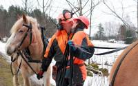 Johan Eriksson och Cissi Tolf från Bettna värmde upp inför starten på DM i skogskörning