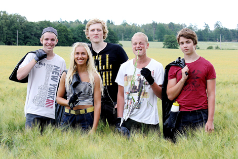 Fredrik Andersson, Nathalie Lidberg, Vigg Carlström, Philip Öster och Robert Mellberg håller fälten fria från flyghavre
