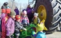 Glädjen var stor på Västerängens Naturförskola i Irsta utanför Västerås då en stor traktor kom med en liten traktor