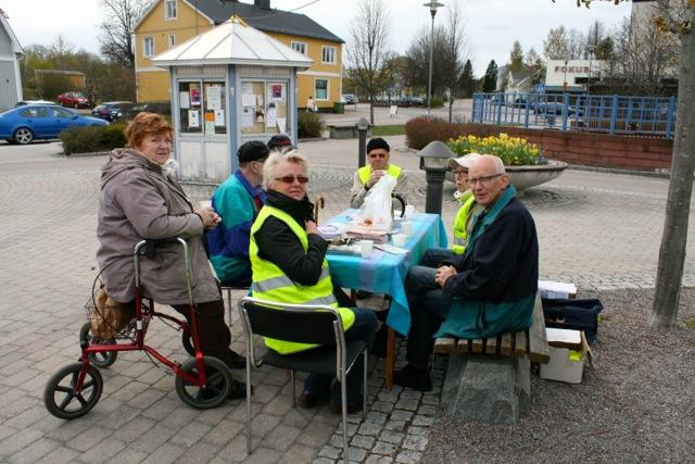 Medlemmar ur Strokeföreningen Sala Heby lyste upp Östervåla torg med sina gula västar.