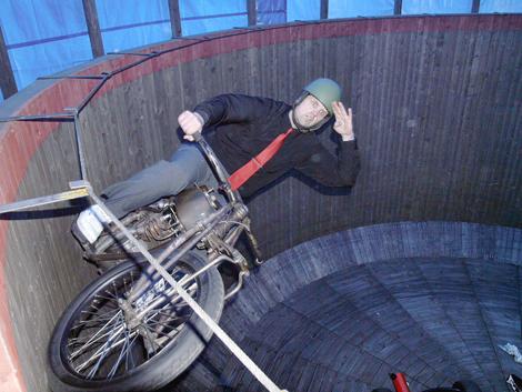 Robin Jansson kör motorcykeln i en dödstunna