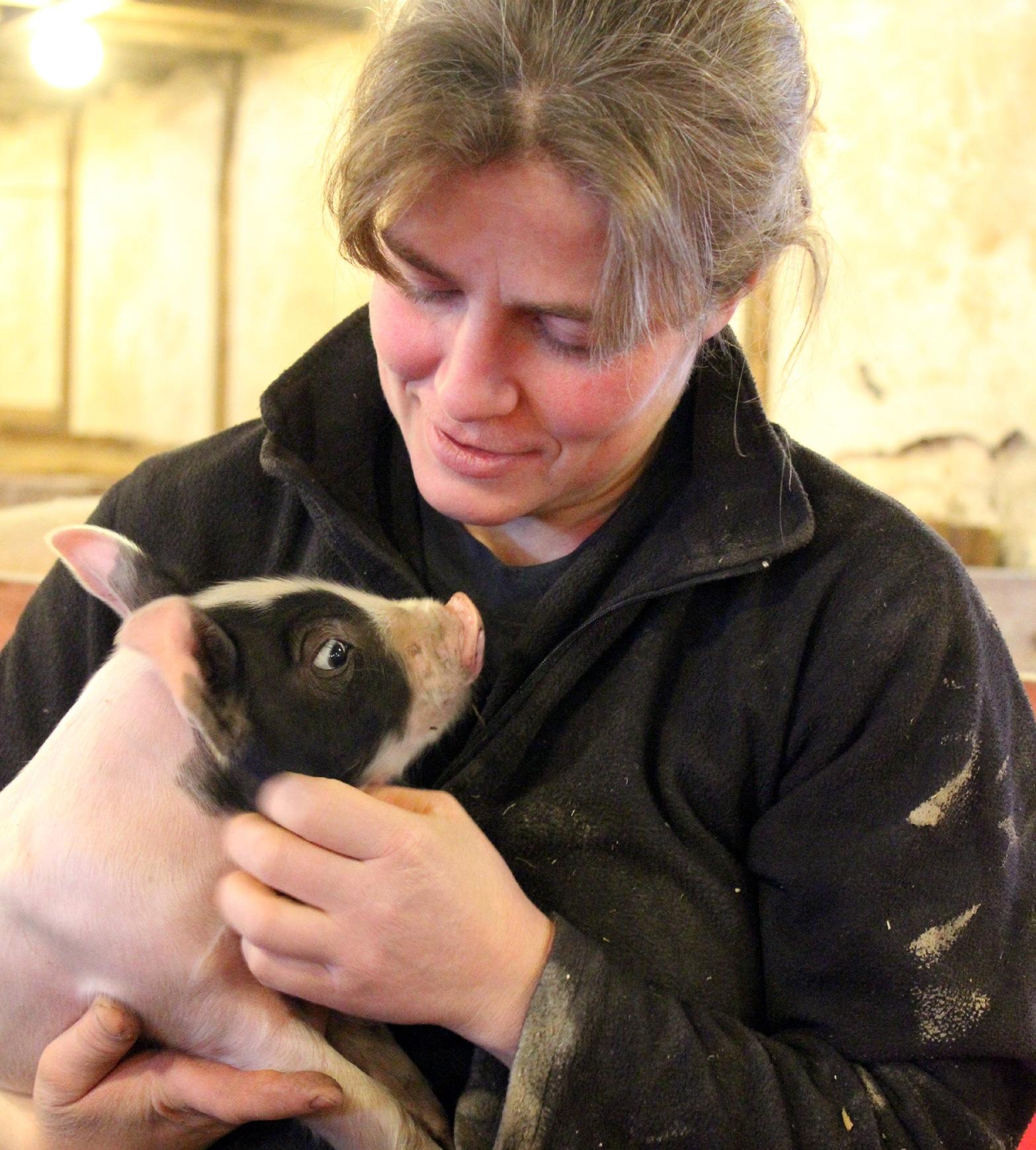 Kvinna med liten gris.